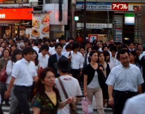 Ihmisiä Tokiossa.