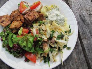 Tällainen on suomalaisinta ruokaa mitä oikein ikinä teen. On uusia perunoita ja tilli-soijajugurttikastiketta, mutta myös paistettua tofua, kaaliwokkia.