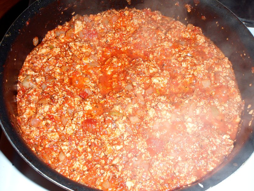 Soijabolognese voi näyttää tältä, jos käyttää sipulia, tomaattimurskaa ja vaaleaa isorakenteista soijarouhetta tai vaihtoehtoisesti tofua.
