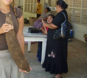 Etualalla jamssi tai maniokki ja taustalla tongalaiseksi ihan hoikkaa väkeä Ha´apailaisella torilla.