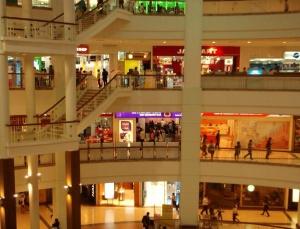 Bangkokin hulppeiden ostoskeskusten liikkeet eivät ole auki ihan yömyöhään.