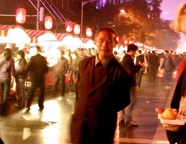 Ruokakojujen rivistöä Pekingin illassa.