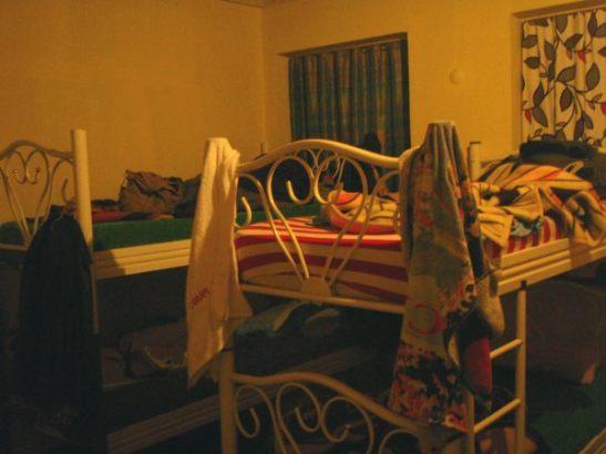 Tyypillinen hieman nuhjuisemman hotellin dormi. Tässä Chill out cengo Istanbulissa.