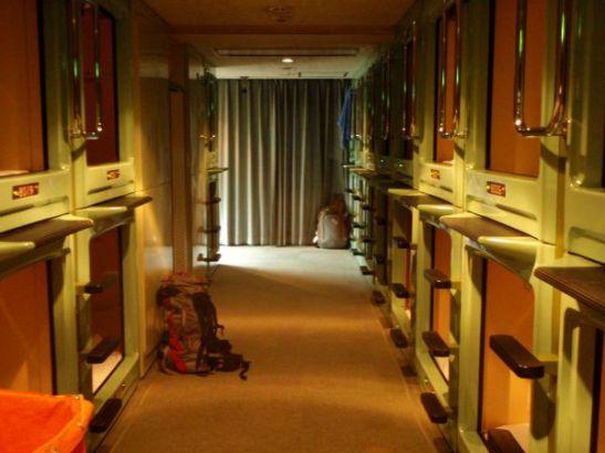 Tokiolaisen kapselihotellin käytävä, jossa kerrossänkyjen sijaan kömmitään omiin onkaloihin.
