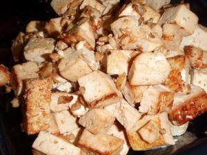 Tofukuutiot, jotka on ensin marinoitu inkivääri-valkosipuli-soijakastikesoossissa ja sen jälkeen paistettu.