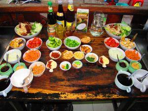 Kurssin ruoka-ainekset oli nätisti pilkottu etukäteen ja sijoitettu kokkauspisteiden viereen.