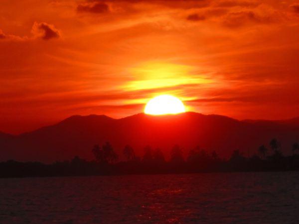 Aurinko laskee Maya-vuorten taakse.