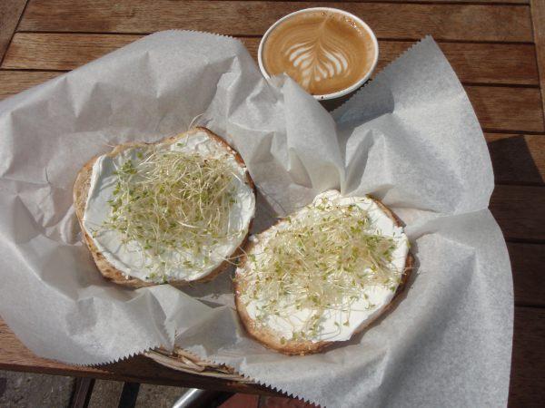 New Yorkissa kuuluu saada bagelia, tässä hostellin lähimmän kahvilan soijatuorejuusto-itubagelit.