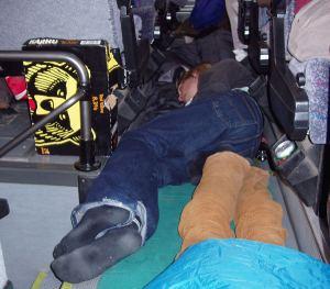 Avonainen kaljaboksi auttaa yleensä asiaa, kun pitää nukkua bussin lattialla.