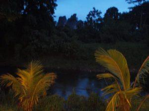 Öinen joki Khao Sokissa olevan ravintolan terassilta.
