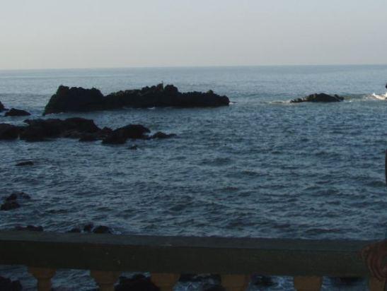 Arambolin ihana terassimme vuonna 2008, merellä näkyi välillä hyppiviä delfiinejä.