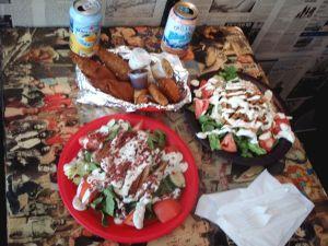 Brooklyniläisen Foodswingsin salaattiannokset ja kasvisdrumstickit.