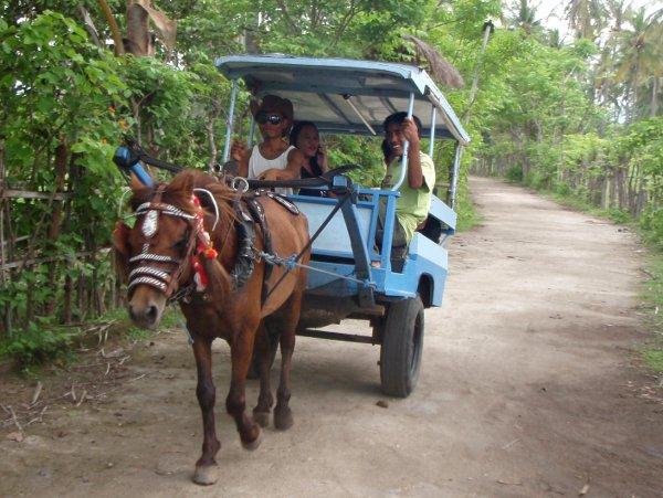 Hevoskärryt autottomalla Gili Airin saarella Indonesiassa.