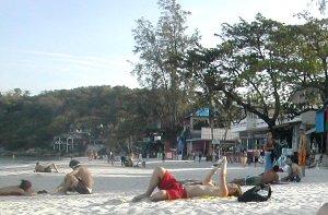 Tälle Koh Phanganin Haad Rinin rannalle moni jää yöksi full moon partyjen jälkeen.