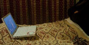 Viileät illat kuluivat huoneessa vällyjen alla.