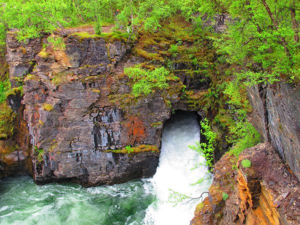 Vesi taitaa olla luonnollisesti kaivertanut kallioon tunnelin joen virtausta varten.