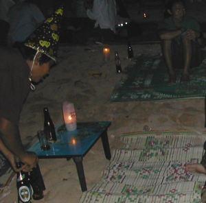 Jouluna 2005 istuin Krabilla rannassa. Pulloja keräsi vapputötteröhattuinen.
