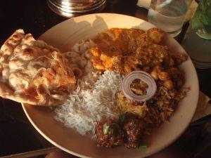 Jouluruokalautanen vuonna 2009 Goalla. Sisältää riisiä, chapati-leipää, kikhernecurrya, paistettua vihannesriisiä (pilau), jotain kasvispyöryköitä ja muita intialaisia soosseja.