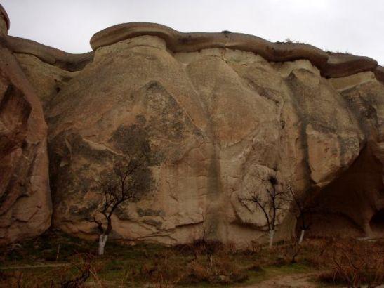 """Kalliota, josta eroosio ei ole vielä erottanut toisistaan erillisiä kivipaaseja, jonka päällä on """"lakki""""."""