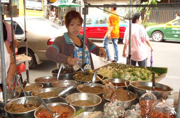 Monipuolinen katuruokakoju Bangkokin Banglampoossa.