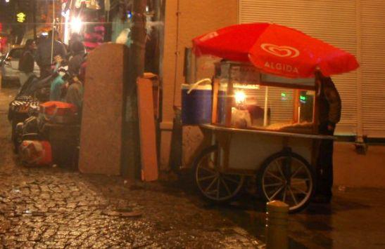 Rinkelikärryt koleassa Istanbulissa Kalabatas-kadulla.