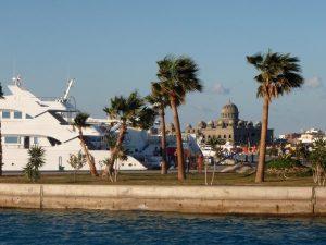 Yritystä hienoksi satama-alueeksi, taustalla keskeneräinen palatsi.