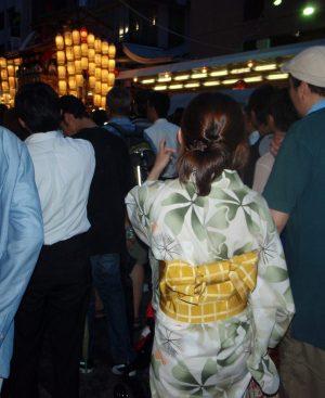 Yukata-asu keskellä kulkuetta, joka oli oikeastaan jättimäinen kävelykatu.