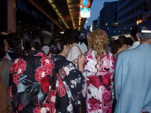 Yukatamuotia nuorilla naisilla.