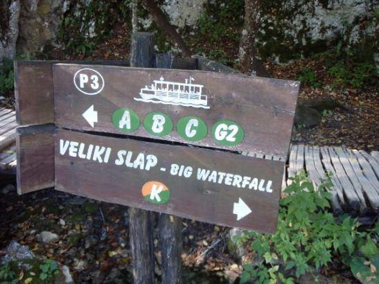 Polut olivat hyvin opastettuja Plitvicellä.