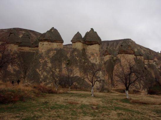 Aivan linnalta näyttävä kallio, jossa kivien päällä näyttäisi ihan kuin olisi torneja kattoineen.