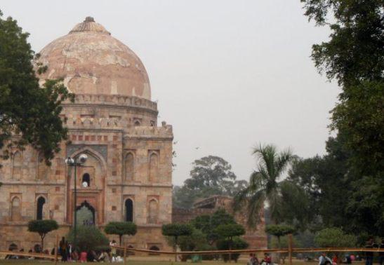 Voisin kuvitella Jaipurissa olevan paljon tämän Delhin Lodigardenin rakennusten näköisiä maisemia.
