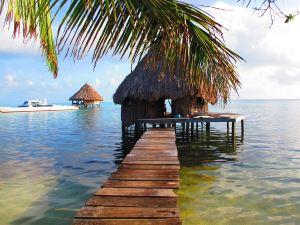 Mökki Gloverin atollilla Belizessä.