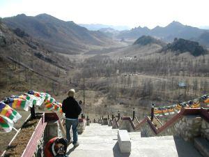 Näkymä vuoren juuressa olevalta temppeliltä laaksoon.