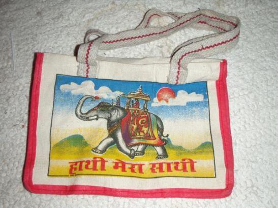 Intiasta ostamani pienempi elefanttikassi, isompi toimii keräyspaperikassina.