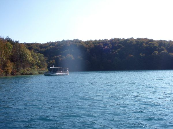Lautta, jolla mekin ylitimme järven Plitvicellä.