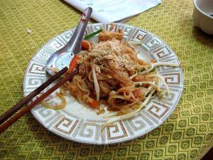 Pad thai -nuudeliannos opetettiin valmistamaan.