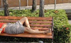 Bangkokin puiston penkillä voi ottaa päivätorkut.