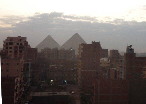Pyramidit hotellin parvekkeelta.