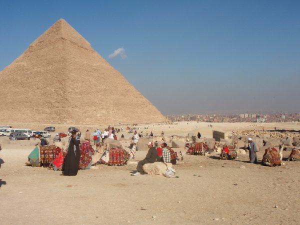 Khefrenin pyramifi ja kameliajureita, jotka kovasti yrittävät kaupata ratsastusta.