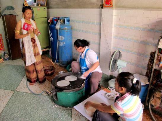 Kävimme katsomassa myös, miten kevät- ja kesäkääryleiden riisipaperi valmistetaan.
