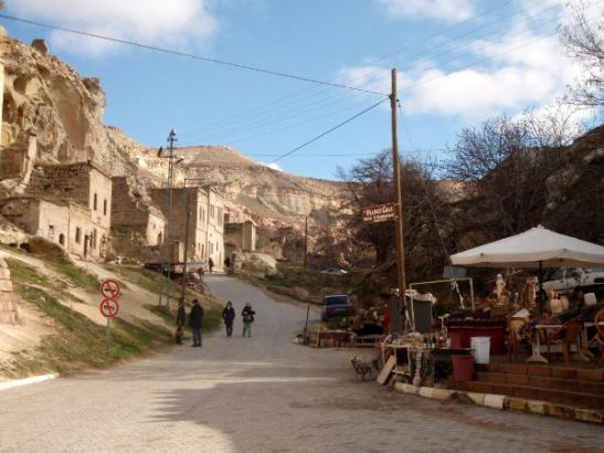 Kylänraitti romahtaneen kalliotalon kylässä.