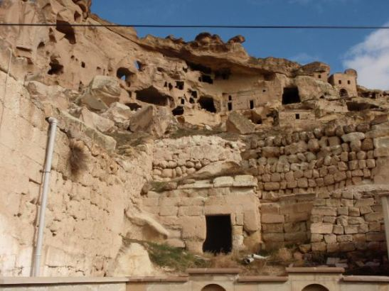 Yhdessä kylässä oli ollut komea kallioon hakattu kerrostalo, joka oli romahtanut. Tässä siis läpileikkaus sellaisesta kalliosta.