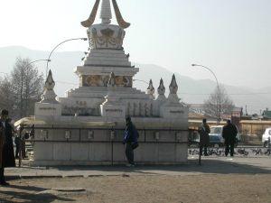 Rukousmyllyt, joita ulanbatorilaiset pyöräyttelivät monumenttia kiertäen.