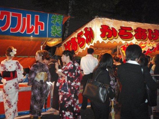 Yukata-asuiset neidit ruokakojuilla.