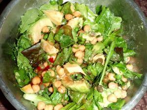 salaatti jossa avokadoa