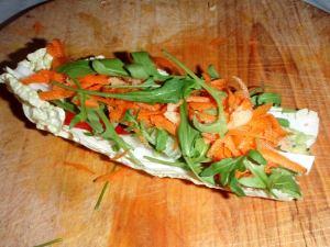 Rullaamiseen kelpaamattomista kiinankaalinlehdistä voi tehdä salaattiveneitä samoilla täytteillä.