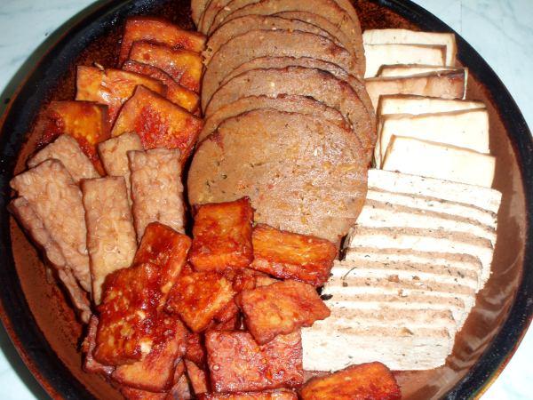 Lajitelma kuutta eri sorttia seitania, tofua ja tempeä. Oikealla ylhäällä savustettua Tofu Moon -merkkistä tofua, oik. alhaalla mantelitofua, ylh. keskellä seitankinkkua, alh. keskellä marinoitua tempeä, vas. ylh. marinoitua tofua  ja vas. alh. savustettua tempeä.
