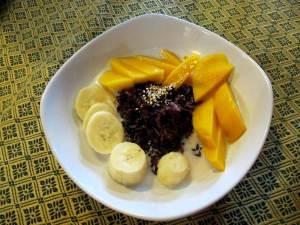 Sticky rice mango -annos banaanin kera tuotiin jälkiruoaksi meidän itse riisiä valmistamatta.