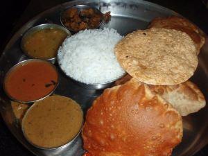 Mukavinta on syödä thali-annoksia