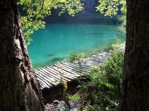 Turkoosia vettä ja pitkospuut.